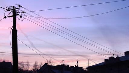 Dachy domów i kable wieczorem we Lwowie, Ukraina