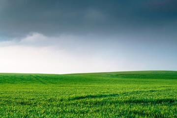 uitgestrekte weide met bewolkte wolken landschap