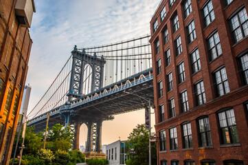 Manhattan Bridge tussen Manhattan en Brooklyn over East River gezien vanuit een smal steegje omsloten door twee bakstenen gebouwen op een zonnige dag in Washington Street in Dumbo, Brooklyn, NYC