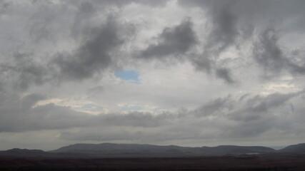 Fototapeta Deszczowe chmury nad górami latem, Krym, Ukraina obraz