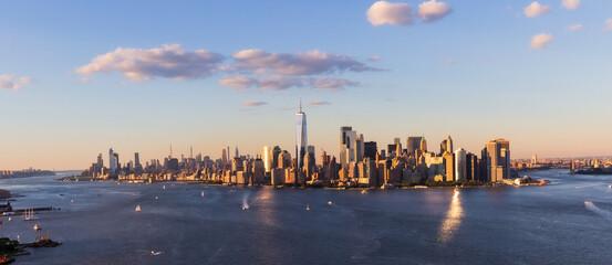 New York City Manhattan Skyline met Freedom Tower bij zonsondergang