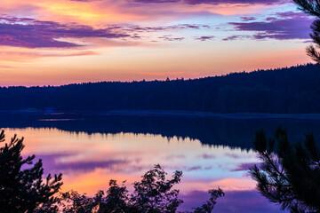 Fototapeta Piękny wschód słońca wczesnym porankiem nad mazurskim jeziorem. obraz