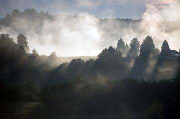 Polana we mgle zachód słońca panorama