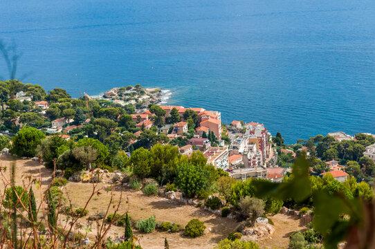 Côte méditerranéenne entre La Turbie et Nice sur la Côte d'Azur en France.