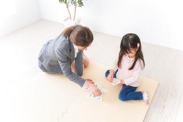 英語教室でネイティブ教師の授業を受ける子ども