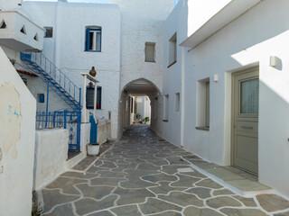 Geplaveide smalle steegje witgekalkte huizen Kythnos eiland Cycladen Griekenland.