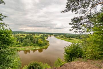 Fototapeta Malownicza dolina zakole rzeki bug, zachmurzone niebo obraz
