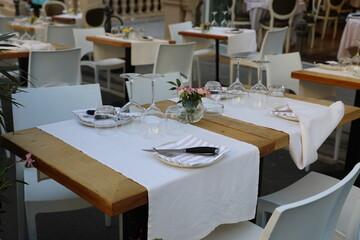 Obraz Zastawa na stołach w ogródkach włoskich. - fototapety do salonu