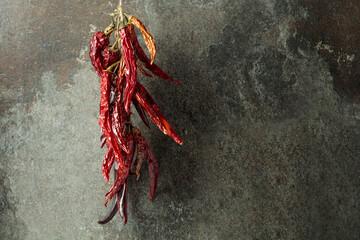 Gedroogde roodgloeiende chilipeper.