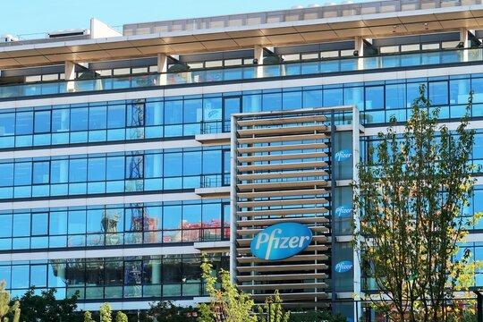 Façade d'un immeuble de bureaux de l'entreprise pharmaceutique américaine Pfizer, célèbre marque de médicaments / vaccins, à Paris / Montrouge – juin 2021 (France)