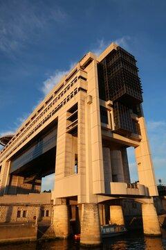 Bâtiment d'architecture moderne du Ministère de l'Économie et des Finances français à Paris, quartier de Bercy – juillet 2021 (France)