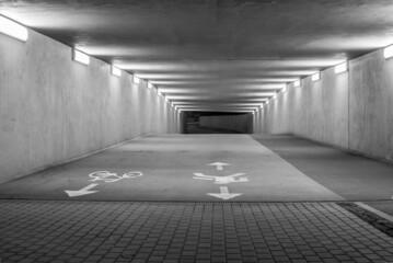 w pustym tunelu