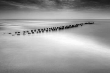 Obraz falochron na morzu zdjęcie czarno-białe minimalistyczne - fototapety do salonu