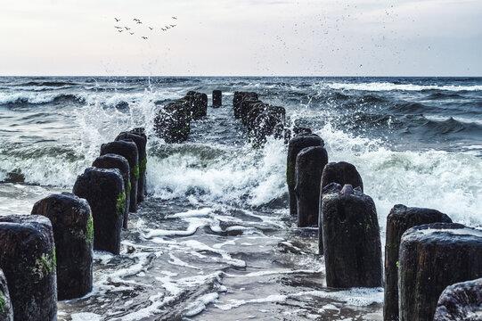 stary drewniany falochron na wzburzonym morzu