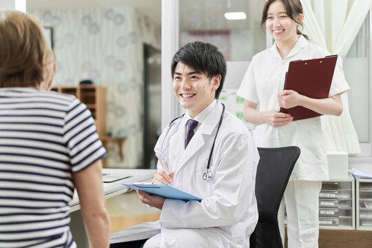 高齢者の診察を行う男性医師