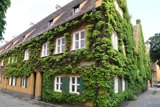 Die Fuggerei in Augsburg wurde im Jahre 1521 von Jakob Fugger gestiftet. Die Reihenhaussiedlung ist die älteste bestehende Sozialsiedlung der Welt. Sie feierte im Jahre 2021 ihren 500. Geburtstag