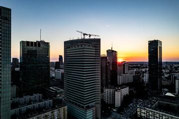 wieżowce w centrum miasta, budowa i dżwigi, Warszawa, Polska