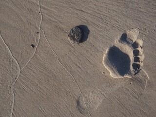 Ślady stóp odciśnięte na plaży