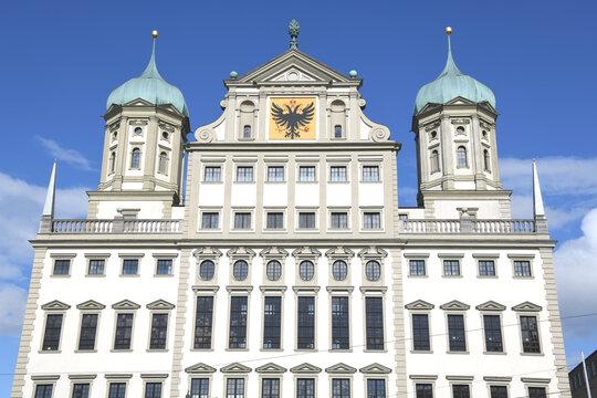 Das Augsburger Rathaus wurde im Renaissance Baustil von 1615 bis 1624 errichtet. Es ist heute das Wahrzeichen der Stadt Augsburg in Bayern.