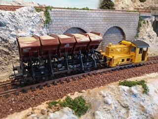 Modellbahn  Modelleisenbahn mit Diesellok und Güterwagen