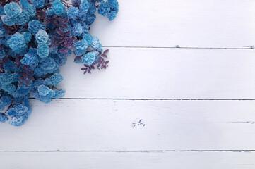 Obraz Kwiaty Róże leżące na deskach. Miejsce na napis., copy space, miłość emocje, walentynki - fototapety do salonu