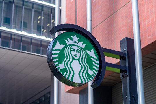 コーヒーショップ「スターバックス」の緑色の看板