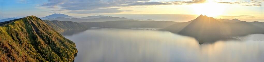 Obraz 朝日を浴びて輝く晩秋の摩周湖のパノラマ情景@北海道 - fototapety do salonu
