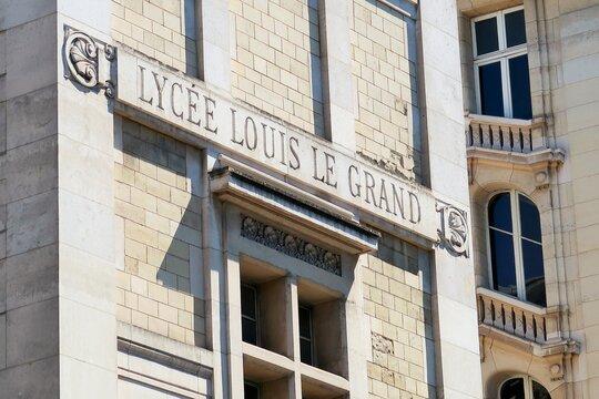Façade du prestigieux et ancien lycée Louis le Grand, célèbre école à Paris – mai 2021 (France)
