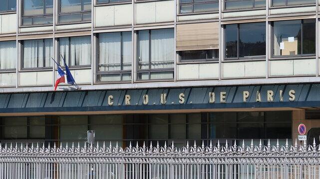 """Façade du CROUS (Centre Régional des Œuvres universitaires et scolaires) de Paris, organisme gérant notamment les """"resto u"""" et le logement étudiant – mai 2021 (France)"""