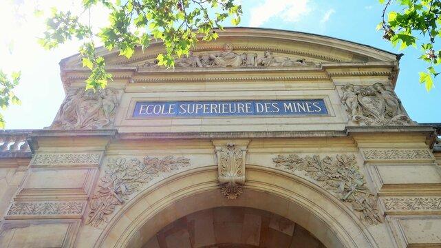 Fronton / façade ancienne de la prestigieuse École Supérieure des Mines de Paris, grande école d'ingénieurs française – mai 2021 (France)