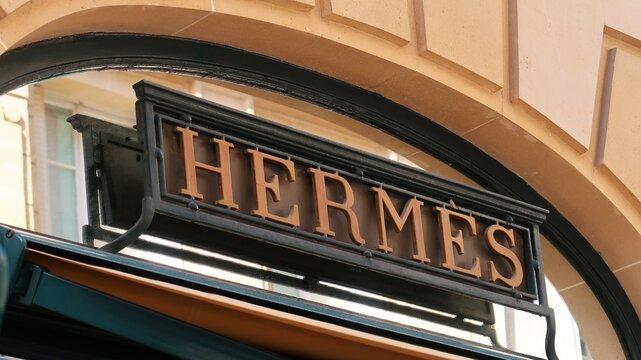 Enseigne de la célèbre marque de mode de luxe française Hermès sur la façade de sa boutique de la rue du Faubourg Saint Honoré à Paris – mars 2021 (France)
