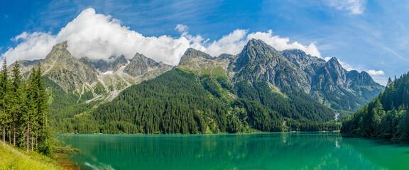 kristallklarer Antholzer See (Ahrntal) vor Alpen-Panorama  im Obertal in Südtirol Italien am Alpen...