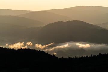 Fototapeta Mglisty wschód słońca nad Doliną Popradu, Piwniczna Zdrój w Beskidzie Sądeckim  obraz