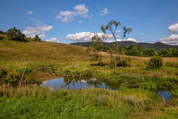 Piękny, górski krajobraz z jeziorkiem