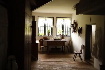 Wnętrze starego domu jadalnia