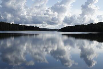 Widok jeziora z chmurami odbijającymi się w tafli