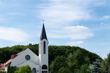 Wieża kościelna na tle nieba. Gdynia, Pomorze