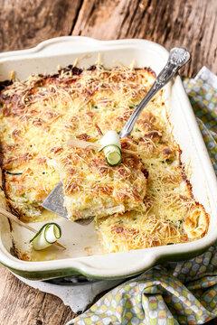 plat de gratin de ravioles au saumon et courgettes