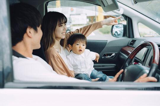 ドライブ・車に乗る家族(笑顔)