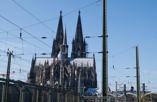 Die Hochspannungsleitung über den Bundesbahngleisen und der Kölner Dom, gesehen von der Aussichtsplattform Hohenzöllernbrücke.