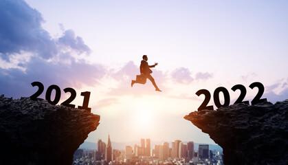 2022年ビジネス向け新年イメージ ジャンプするビジネスマン 令和4年 年賀状