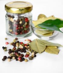 suszone przyprawy pieprz i liść laurowy - pepper and bay leaf