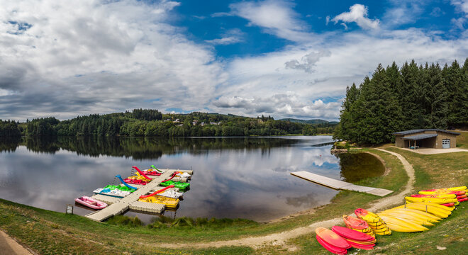 Ambrugeat (Corrèze, France) - Vue panoramique de la base de loisirs du lac de Sèchemaille