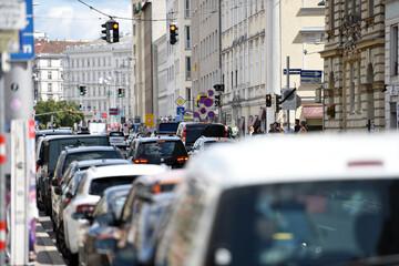 Verkehrsstau vor einer Ampel in der Wienzeile in Wien, Österreich, Europa
