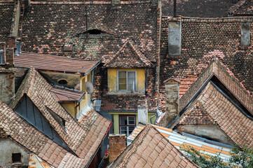 Fototapeta Zabudowania miejskie czerwone dachy i kolorowe okna obraz