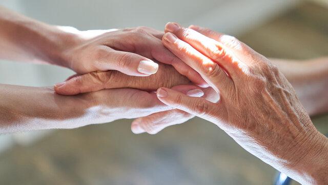 Hände halten als Symbol für Beistand und Anteilnahme