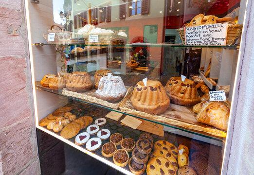 Blick in ein Schaufenster einer Bäckerei in Ribeauville im französischen Elsass.