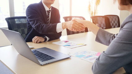 Obraz 握手するビジネスマン - fototapety do salonu