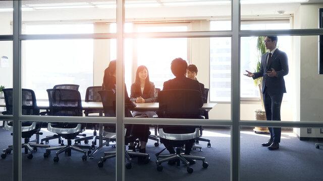 会議室でミーティングする人々