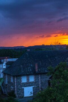 Allassac (Corrèze, France) - Coucher de soleil nuageux orangé sur la cité ardoisière